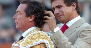 Jose Mari Manzanares retires from the ring, and has his 'coleta' cut by his son, now a great matador himself